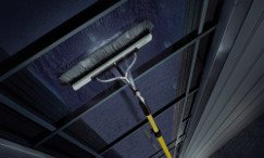 Fensterreinigung in Stuttgart werden mit Stange und Besen sauber gereinigt